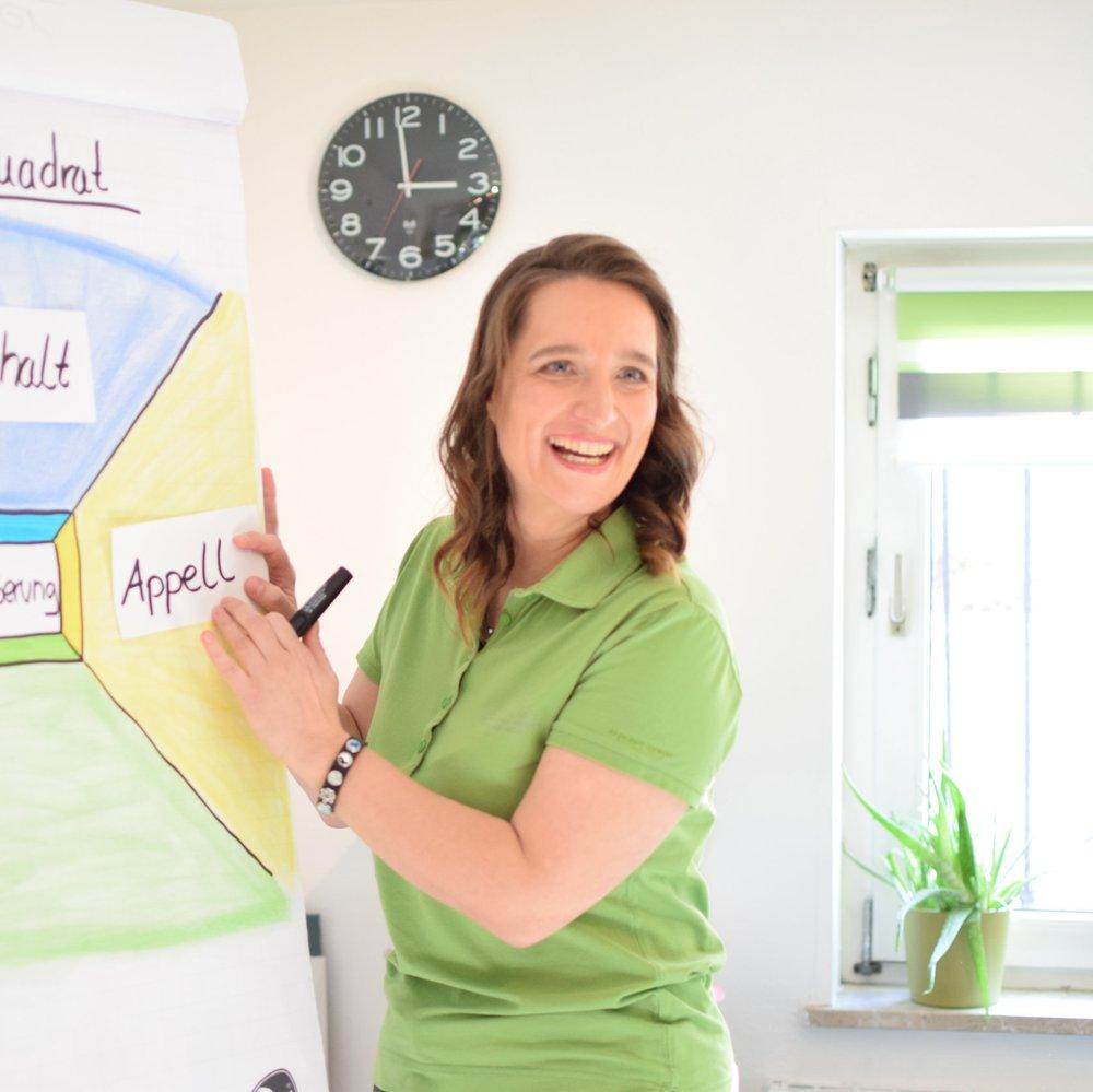 Goalmapping - Bilder für Deine Zukunft gestalten   Gudrun Pfeifer  Gestalte Bilder und Collagen, die wirken und im Gedächtnis bleiben, anstatt Deine Ideen, Erkenntnisse und Eindrücke aus den Augen zu verlieren.  Du lernst die Wirksamkeit von Visualisierungen in Kombination mit Deinen Zielen und Visionen kennen. Bringe die Eindrücke des Sommercamps zu Papier und setze Deine Ziele mit dieser visuellen Erinnerung erfolgreich um.