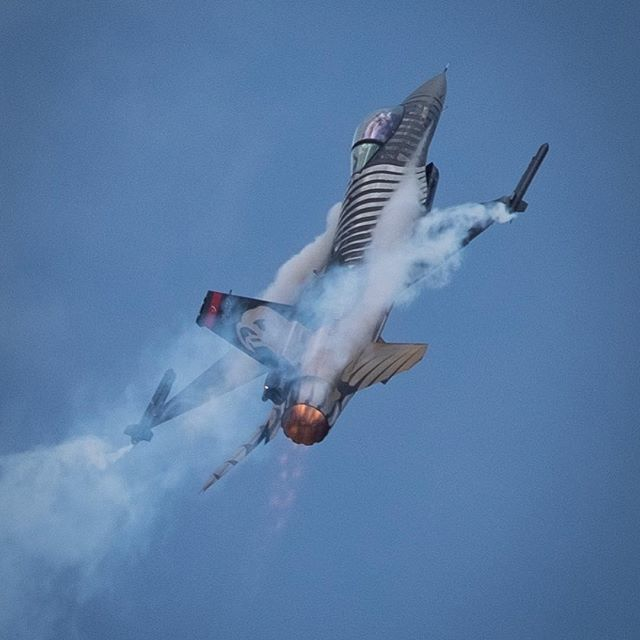 F16 going vertical
