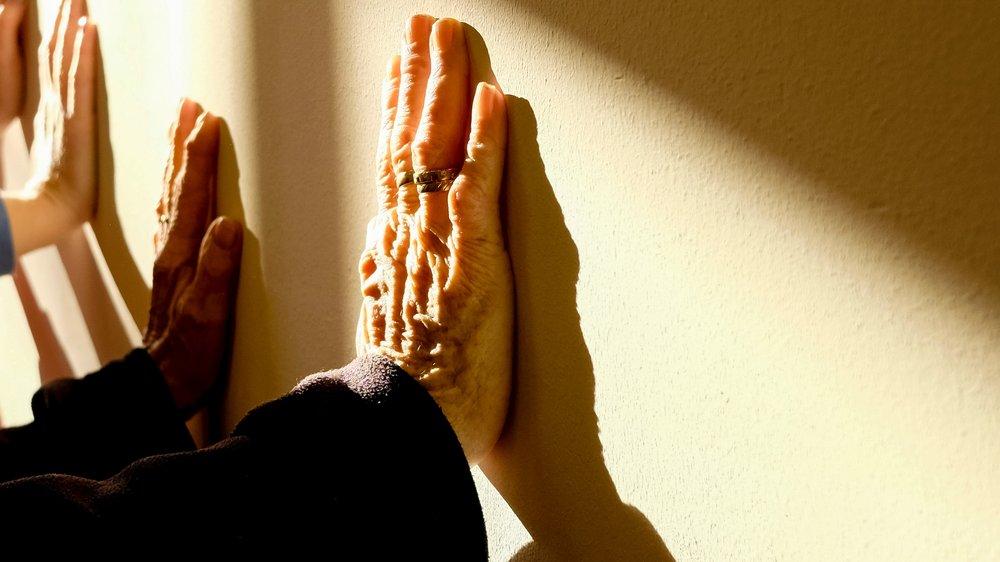 elderly-fingers-hands-233227.jpg