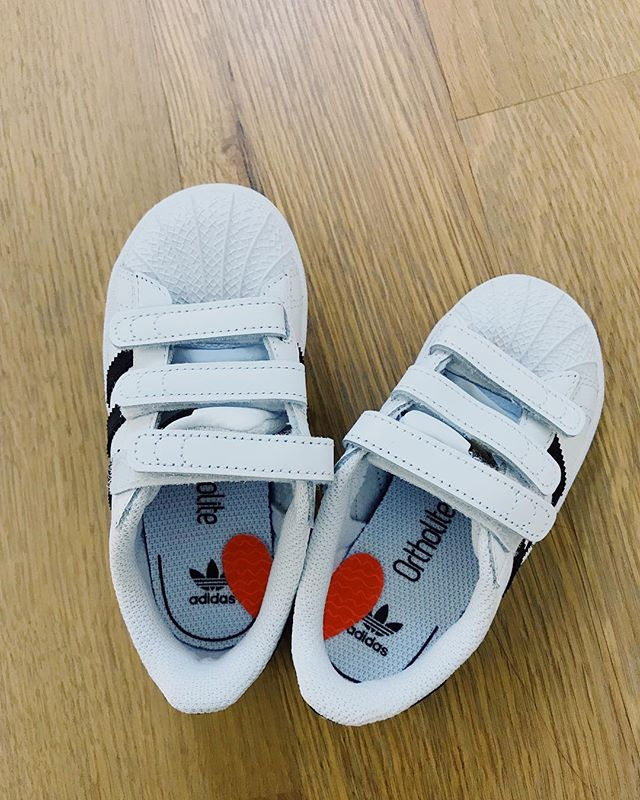 """Shoes on correct feet 🦶: Do all 2 year olds go through this? They want to do EVERYTHING on their own. I love it from a far distance but when I'm in a hurry it's like 🤯. I did this w my 2 yr old Chanel and now have grown wise enough to do this w my 2 yr old Nora now before I go crazy fixing her shoes every time we are about to leave the house. .  A simple visual solution to teach your LOs to put their shoes on the correct feet. Sticker on shoes (cut a symmetrical sticker in half and place each half on shoes) has been MAJOR game changer. And this time around, hearts ♥️ have been our favorite symmetrical stickers 😍. Just say """"make a heart"""" before she puts on her shoes and voila out the door you guys go! 🏃🏻♀️ #shoeorientation #leftrightshoeplacement #symmetricalhearts #playingwithchanel #shoehack"""