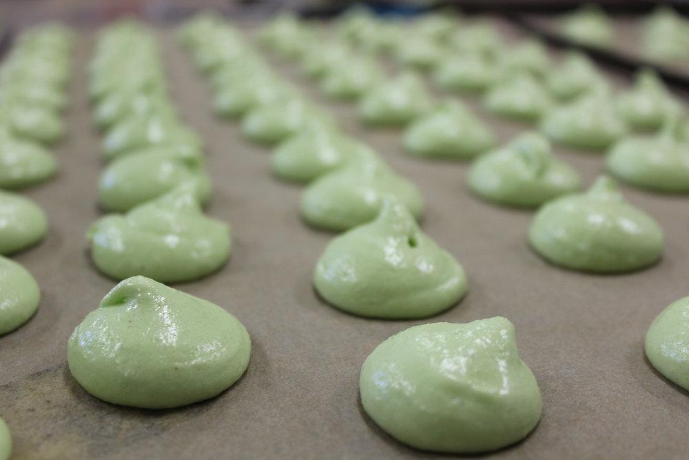 Macarons juste avant cuisson. Fissureront-ils ? Le monde attend la réponse en tremblant.