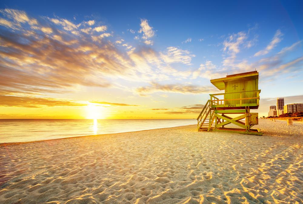 Solen går ned over Atlanterhavet ved Miami Beach; en perfekt destinasjon hvor man kan kombinere storby med badeliv.