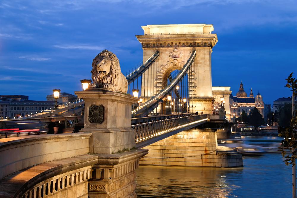 Den berømte kjedebroen er et majestetisk byggverk, og en av byens mest kjente attraksjoner.