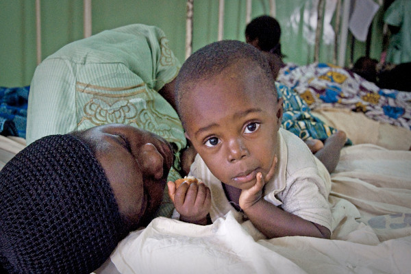 Mother and child in hospital in Malawi (Photo: Tom Payne)