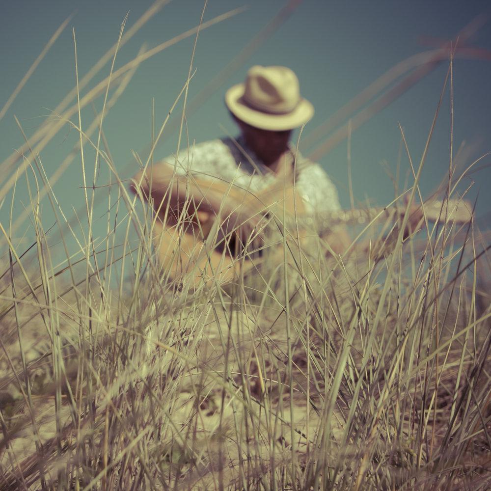 L'Hawaii - L'Hawaii est tombé dans la musique tout petit, en s'inspirant de son grand frère et de sa grande sœur, aujourd'hui musiciens professionnels. Catherine « Cajoune » Girard, leader du groupe de jazz-swing Sweet Mama, et Laurent, guitariste et chanteur du groupe L'Oranger.L'autre passion d'Alain, parallèlement à la musique, c'est la mer, qu'il parcourt et qui l'inspire : il est surfeur et skipper. Avec l'écriture et la composition, Alain concilie ses deux amours, la mer et la musique. En 2004, il a déjà signé un titre pour le Vendée Globe de Benoit Parnaudeau sorti sur l'album Vendée pas l'globe.Amoureux des cordes et des courbes, du son et des vagues, l'Hawaii nous offre avec son album Dans mon île une invitation au soleil, à la sincérité et à la spontanéité.... Un grand bol de fraîcheur, made in île de Ré... mais toute l'année !