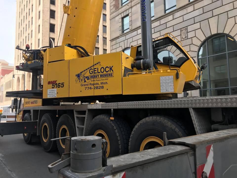 Gelock crane city street.jpg