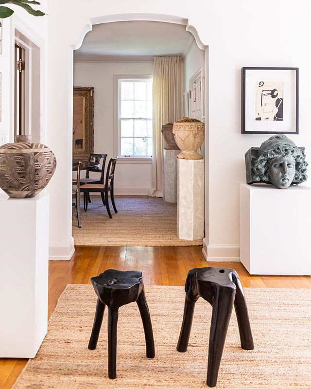 These are a few of our favorite things ✨ ~ A Columbian vase, a terra-cotta bust painted by @william_mclure's assistant to look like copper, and black wooden stools from Design Supply, in Birmingham, Alabama. ~ Visit themaryn.com for a tour of McLure's sunny Birmingham Tudor. ~ Photos by @martaxperez  Text by @spajot  Produced by @michelle_adams_