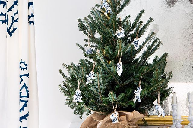 The Maryn's @michelle_adams_ loves a minimalist holiday tree. This year, she's chosen @artetmanufacture's adorable ceramic ornaments, inspired by founder Edith Bourgault's Québecois ancestors' recipes and housewares, and her own young family's cookie-cutter collection.💙 Read more about  @artetmanufacture on themaryn.com! ~ Photo by @martaxperez Text by @spajot Produced by @michelle_adams_