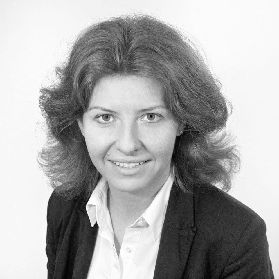 ЕВГЕНИЯФЕДОТОВА   Английский юрист-адвокат (solicitor-advocate) Евгения обладает 10-летним опытом работы в области разрешения корпоративных споров в Высоком Суде Англии, а также в международном арбитраже.  Неоднократно участвовала в сложных международных спорах, затрагивающих несколько юрисдикций, спорах о нарушении коммерческих контрактов и кредитных договоров, связанных с обвинениемв мошенничестве.  Основными клиентами Евгении являются High Net Worth Individuals, компании работающие в нефтяном и энергетическом секторах.На данный момент Евгения пишет докторскую диссертацию в Queen Mary University London, и работает в юридическом отделе ЕБРР.