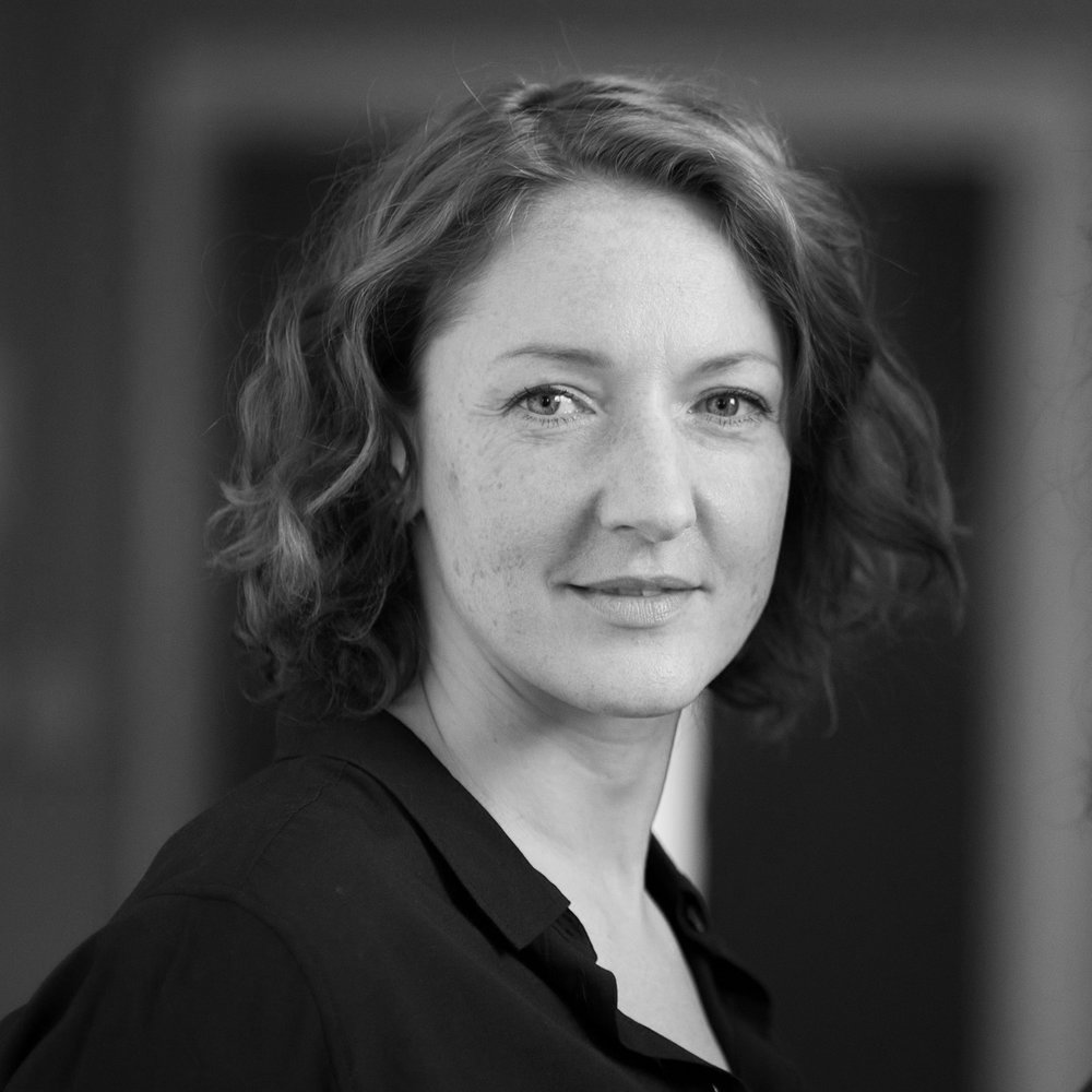 АННАРОМАНЕНКО, M.Fin   Анна получила научную степень в области финансов и в России работала в финансовом консалтинге. Понимание реальных бизнес-процессов позволили ей после переезда в Великобританию и окончания британской школы дизайнабыстро занять свою нишу на высококонкурентном лондонском рынке дизайна: ее работы учитывают не только тренды, но и удобство людей, бизнес-процессы и бюджеты компаний. Как наш эксперт, Анна специализируется на организации офисных пространств с учетом стратегических задач компаний.