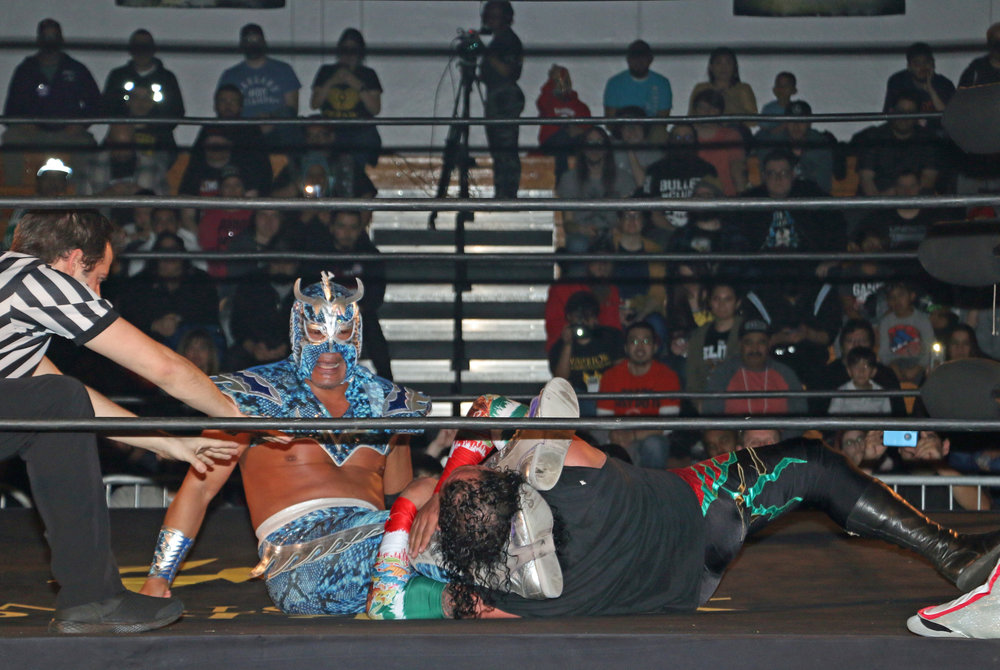 Ultimo Dragon controls Super Crazy with the head scissors.