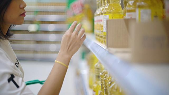 woman-buying-vegetable-oil.jpg