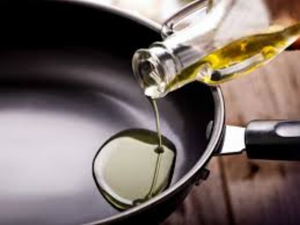 pouring-oil-into-pan.jpeg