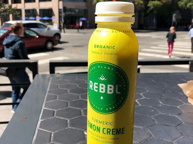 This little magic in a bottle right here is my go-to on a warm California day. Hands down one of my top beverages of choice based on how clean, refreshing and tasty it is. Sweetened with honey and stevia no less......heaven 👌🏻. . . #fitfuel #rebbl #lemoncreme #itsadream #sodanggood #healthydrinks #goodfordigestiontoo #turmeric #ginger #coconut