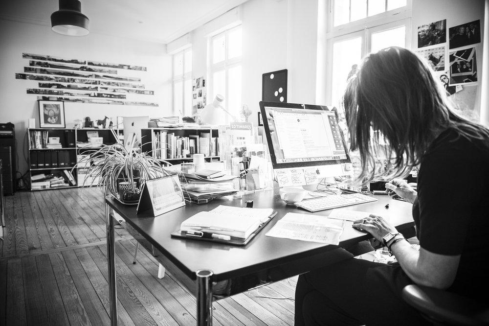 leitmotif * résume en un seul mot l'approche conceptuelle choisie pour  mettre en lumière  un projet, une marque, une entreprise, une création… l'idée de départ étant avant tout de répondre aux problématiques posées par la mise en place d'une  ligne directrice , d'un  point de repère , qui donnent une  cohérence  à un ensemble disparate et renforcent ainsi le  message  à transmettre et l' image  à véhiculer dans la  durée .  *Emprunt à l'allemand  Leitmotiv  (« motif directeur »), formé de  leiten  (« diriger ») et  Motiv (« motif ») qui pousse à agir, qui justifie quelque chose, un élément graphique répété, une phrase de chant, une intention générale…(Wikipedia)