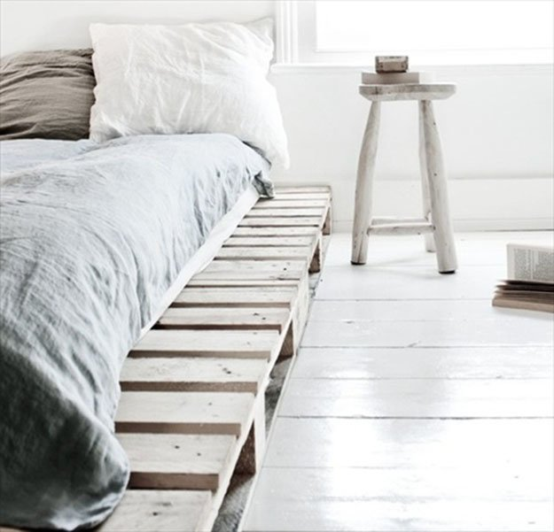 Okay, so I actually DON'T like this bed. I don't want the edges sticking out, and I don't want to SEE the pallets so much. But I really, really, like the textures and colors of the bedding.
