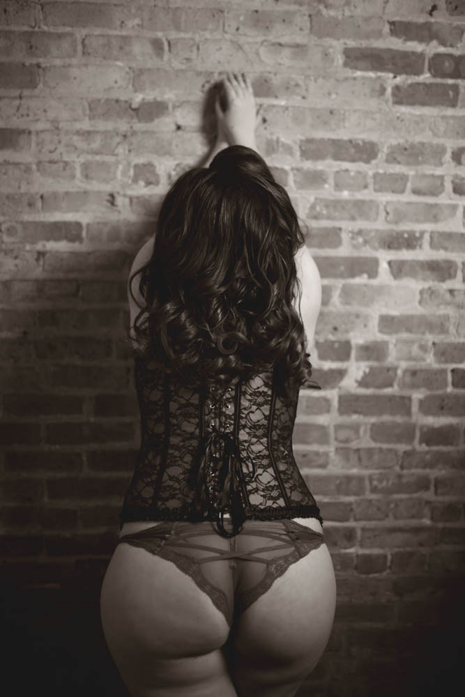 The-Best-Chicago-Pinup-Boudoir-Photographer-Karina-Velez-Bricks-on-the-Wall