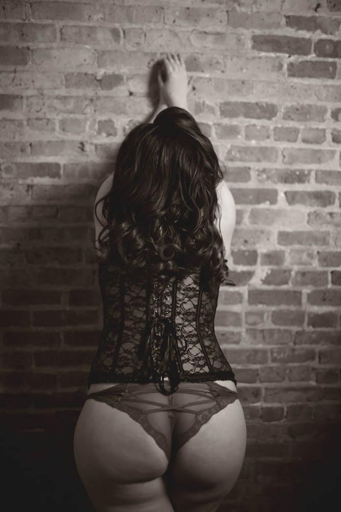 The-Best-Chicago-Pinup-Boudoir-Photographer-Karina-Velez-Bricks-on-the-Wall