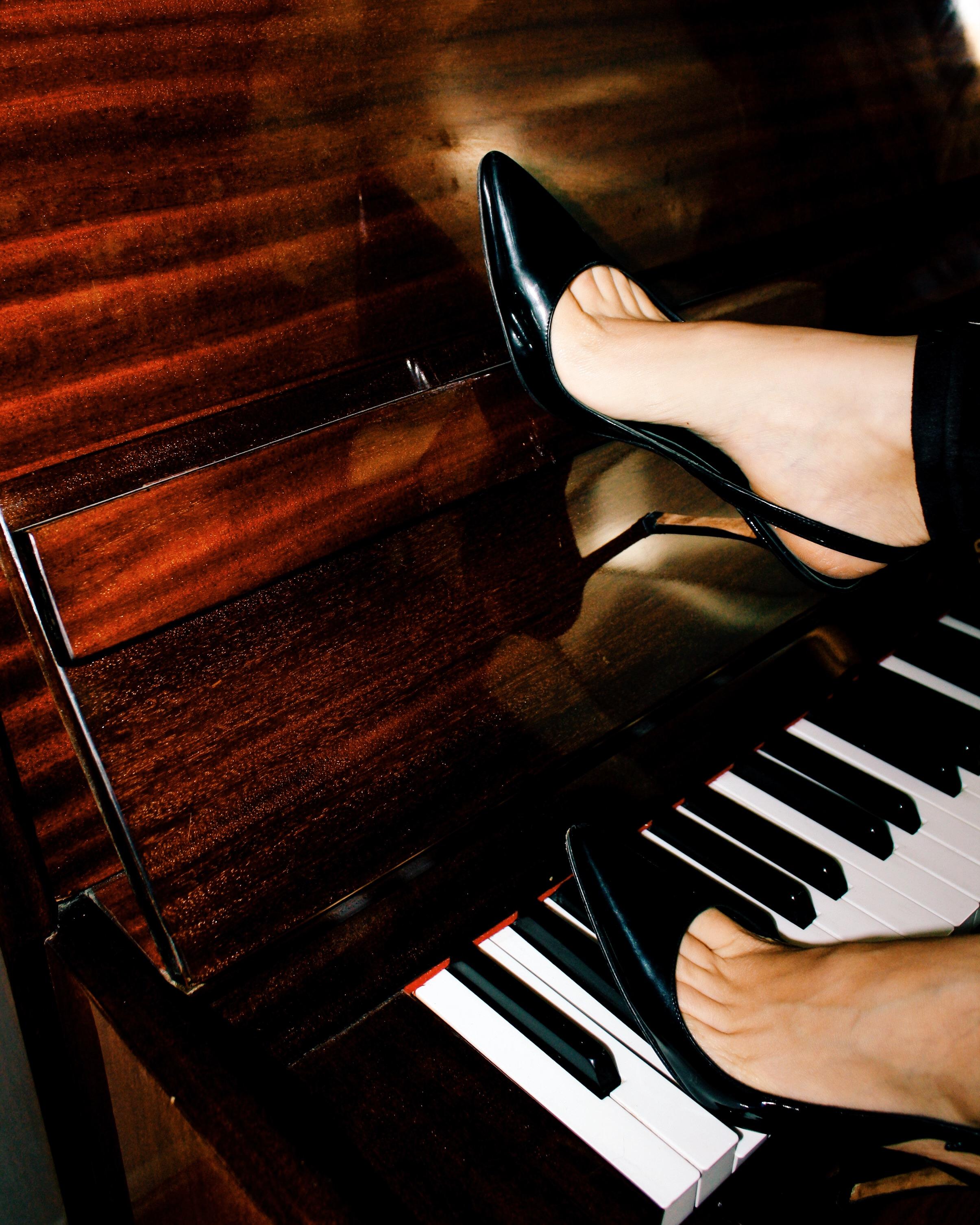 casual outfits manolo blahnik patent leather heels shoes suede pants piano white tank fur stole jacket corset belt