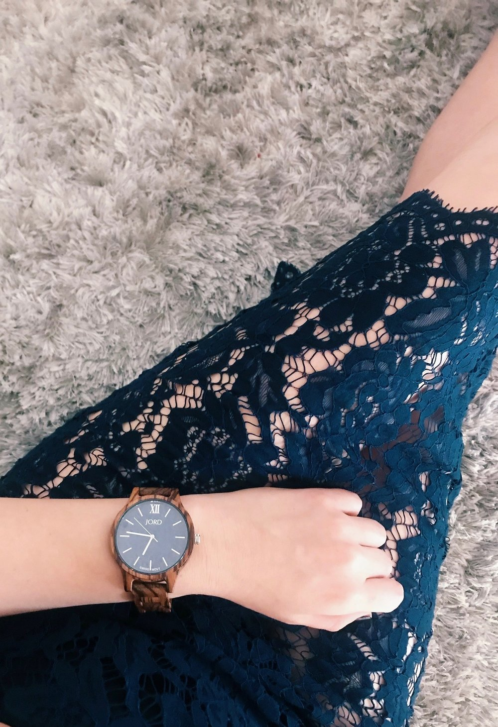 with this girly outfit, I love the look of a man's watch.. and it's also blue! - Find this JORD wood watch here