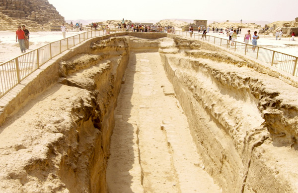 The great south eastern boat pit showing the horizontal indentures due to water turbulance from gushing forces during the sea surge and regression. Tafoni pittings on the sides have been weathered by wind during milleniums.