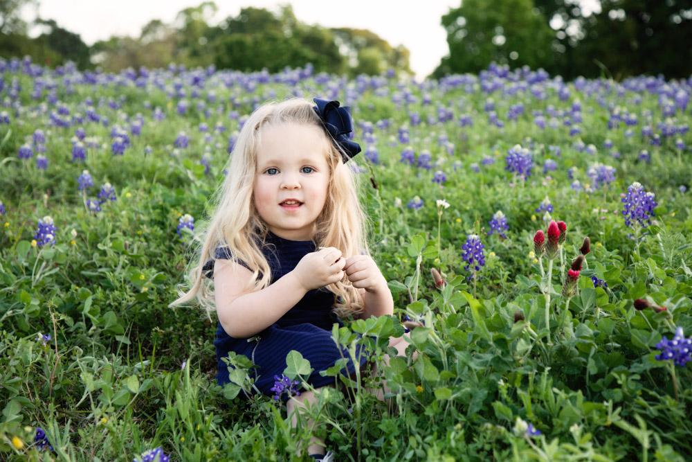 houston-family-photographer-kid-sitting-bluebonnets.jpg