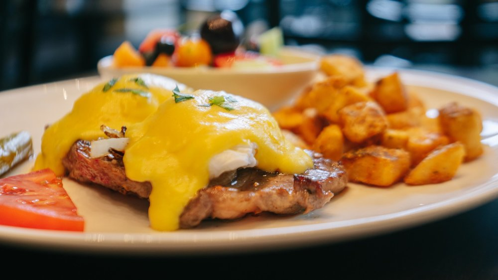 STEAK & EGGS BENEDICT -