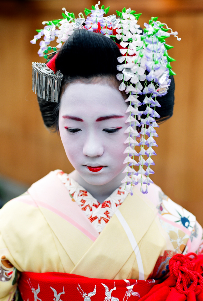 A portrait of the very young maiko Momozuru in May 2003
