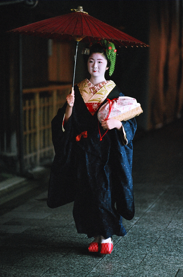 The maiko Kimiyuu of Miyagawa-cho on a rainy evening in June 2006