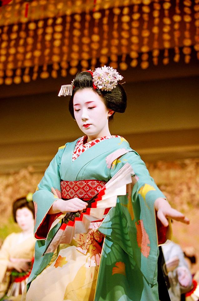 The maiko Fukuhina of Miyagawa-cho dances in Miyagawa Ondo at the 2007 Kyo Odori