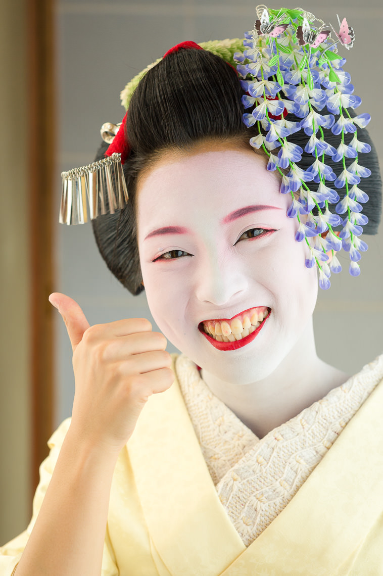 The maiko Takahina of Gion gives the thumbs up sign