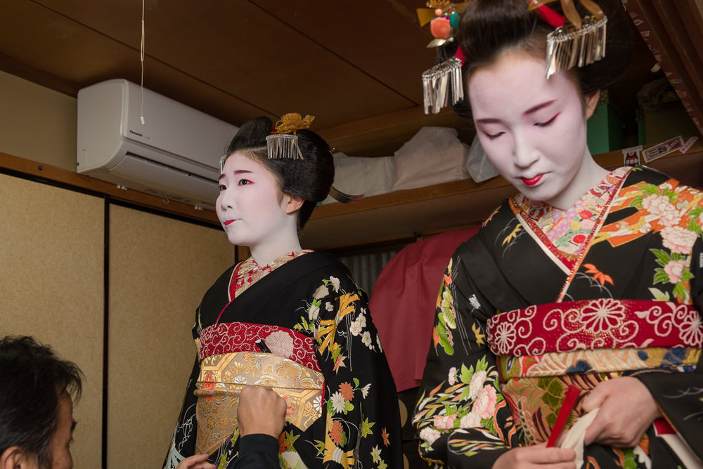 New Maiko Yuriha and Tatsuha Prepare to Greet Gion Kobu