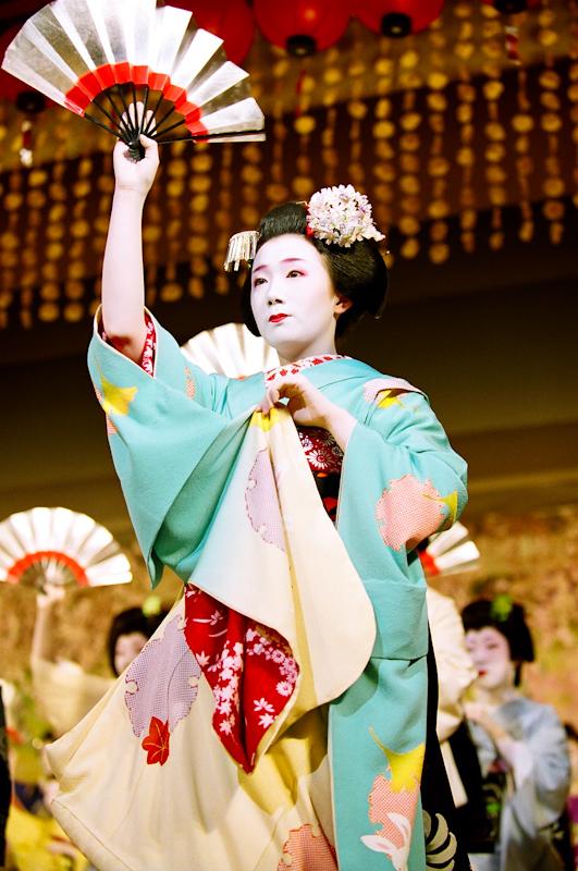 Fukuhina-at-Kyo-Odori-1