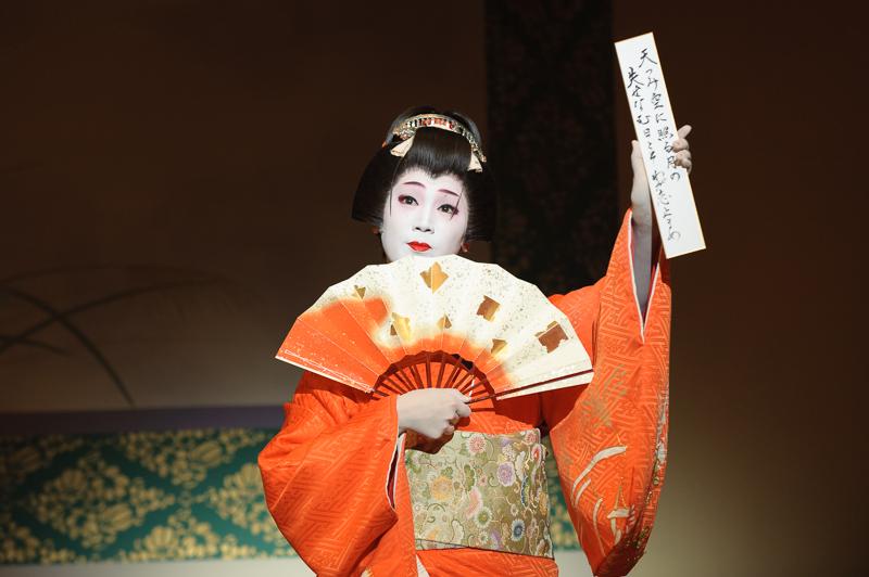 Geisha_Tsunemomo_in_Gion_Odori.jpg