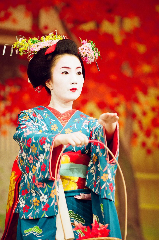 Satomi in Autumn Color Leaves 4.jpg