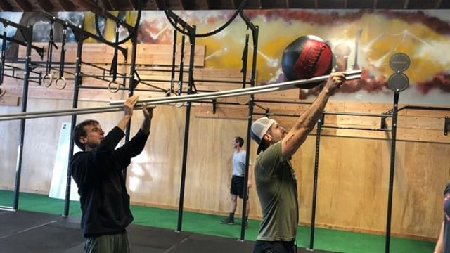 Teamwork ball rolls for the win! Saturday's partner WODs and warmup games makes Saturday mornings fun and fit. Try this one!  #teamworkdreamwork #crossfitwarmupgames #warmupgames