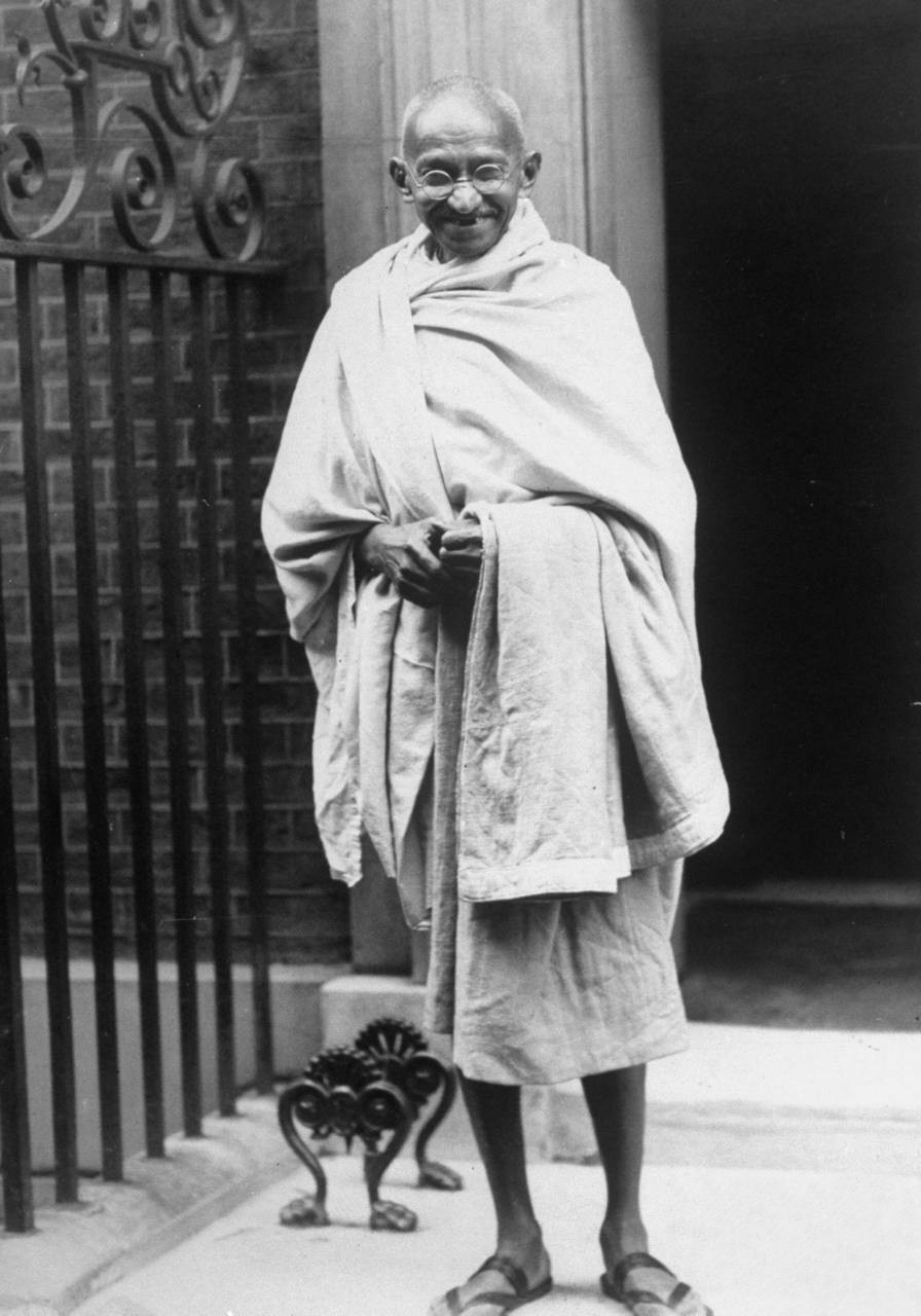 Mahatma_Gandhi_standing_outside_10_Downing_Street_in_1930.jpg
