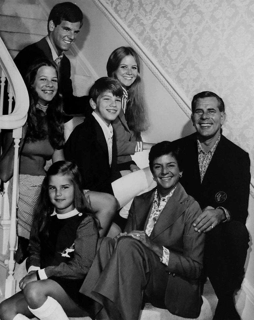 La famille photographiée dans leur résidence de Winnetka (dans le sens horaire, à partir du haut de l'escalier) : Rocky, Gail, Peter, Bill, Joan, Alison et Karey.