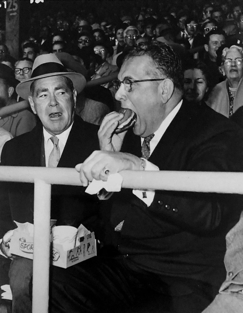 Arthur, dévorant un hamburger dans les gradins du Chicago Stadium en compagnie de son partenaire Jimmy Norris.