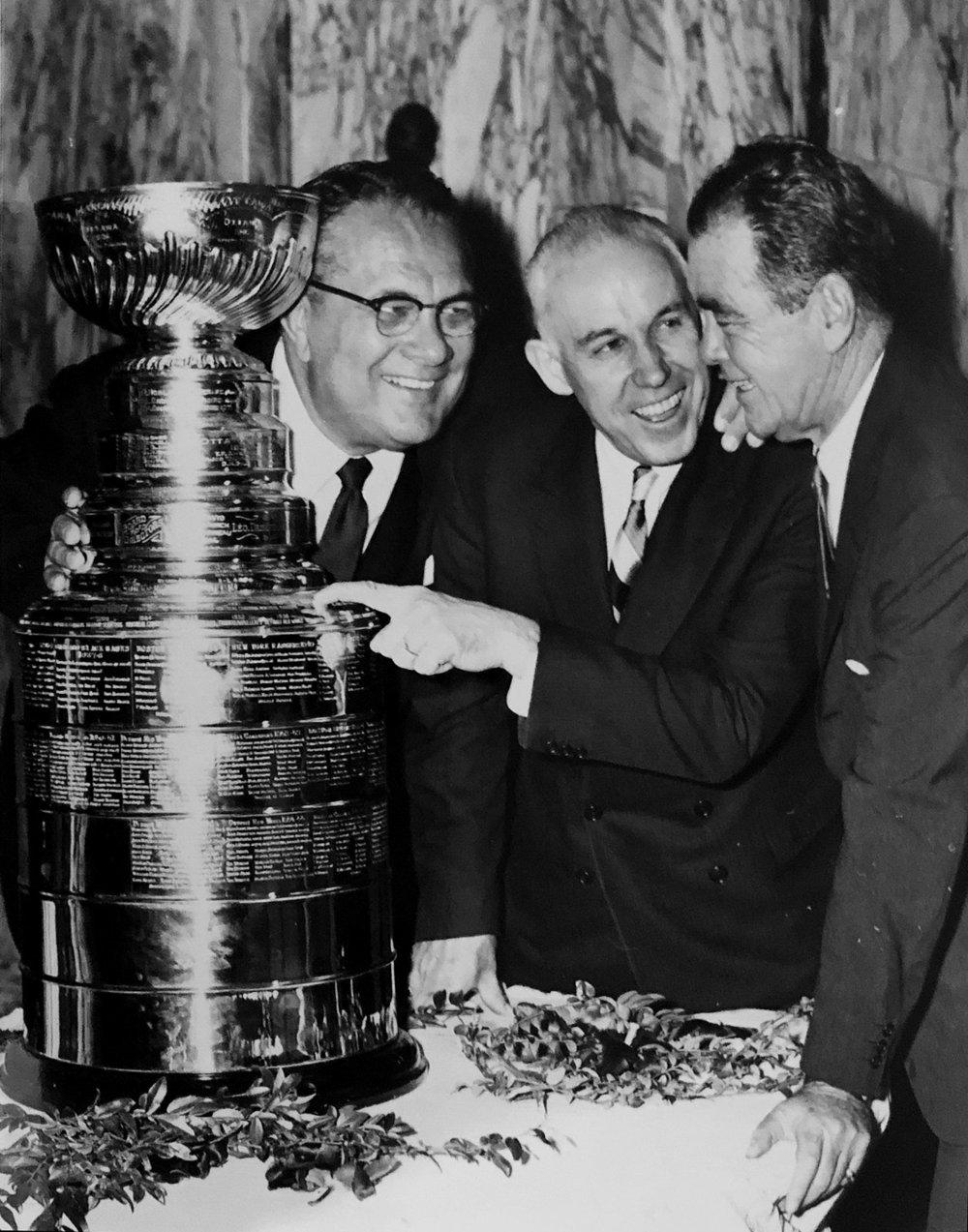 Arthur, le président de la NHL Clarence Campbell et Jimmy Norris, aux côtés de la coupe Stanley remportée par les Blackhawks en 1961. Suivra une disette de 49 ans avant que les Blackhawks puissent remettre la main sur le précieux trophée.