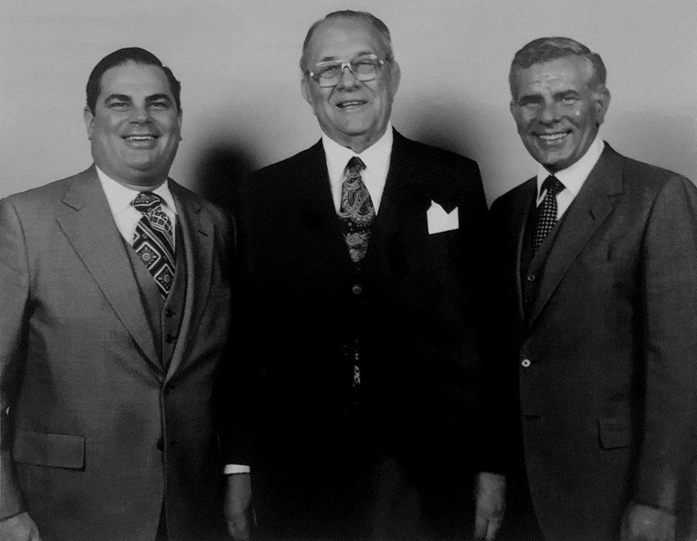 Arthur, flanqué de ses deux fils Arthur Michael Wirtz Jr et William (Bill) Wirtz.