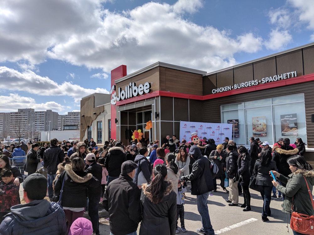 Huge lineups at Jollibee's first restaurant in Toronto. Image: goodfoodtoronto.com