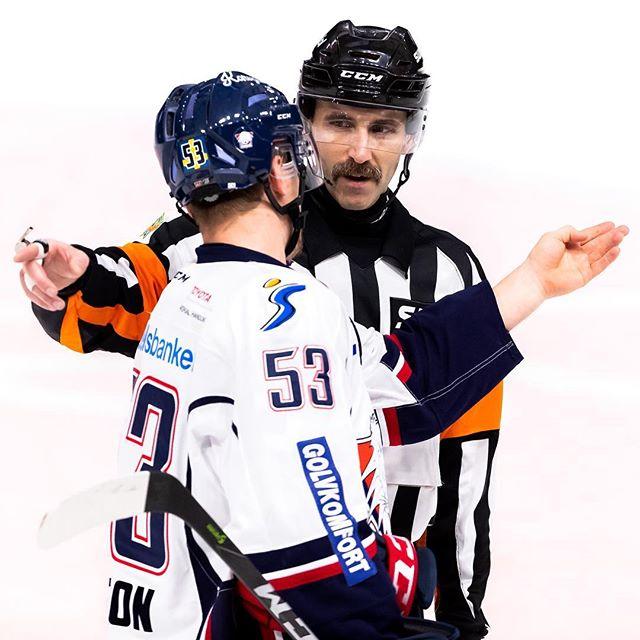Inte alltid som konsensus råder. . Domare Öhlund diskuterar med Linköpings Eddie Larsson under matchen Luleå - Linköping i Coop Norrbotten Arena den 29 november i Luleå. . Foto: Fredrik Sundvall / Frilansfotograferna