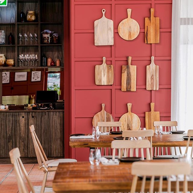 While the TDU cruises around to all the best spots in SA, Charlick's provides a space to enjoy fresh, local produce from these regions 🤩 make sure you book a spot to come relax after they spin past our windows next Sunday! 📚www.charlicks.com 📚