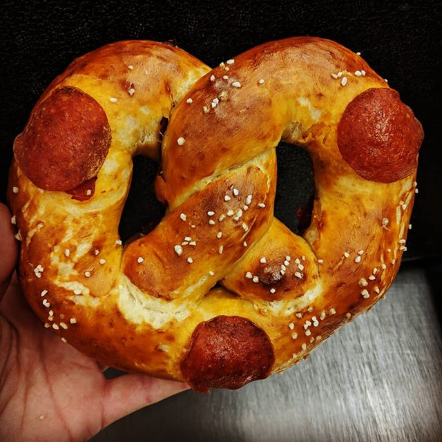 Happy #nationalpizzaday !!! 🍕🥨 #pizzapretzel #softpretzel #pizza #pretzels #bakery #bakerylife #pepperoni #foodholiday #carbsarelife #carbs #handmade #handtwisted #eatlocal #craftsnacks #yum #nom #foodporn #eatmorepretzels #carboload