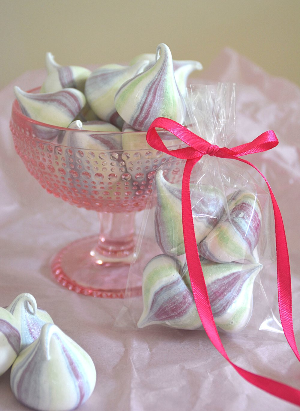 Meringue kisses wedding favours