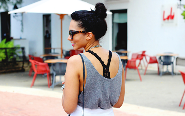 Una Forma Chic De Usar Un Bralette // Una manera elegante de mostrar tu ropa interior en la luz del día. Como usar un bralette debajo de tus tops para una apariencia sexy casual.