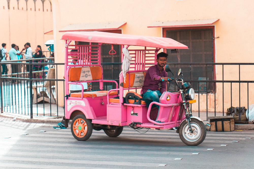 ¿Interesado en viajar a la India? Aquí la guía completa que necesitas saber: vuelos, vestimienta, lugares turísticos, costo, transporte y mucho más.Pink Tuk Tuk