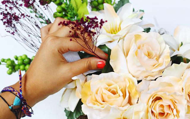 Hazlo Tu Misma // Canasta Flores De Regalo // Aprende cómo hacer esta canasta flores de regalo con las cositas perfectas para cualquier persona especial en el día San Valentín, de madre o de cumpleaños.