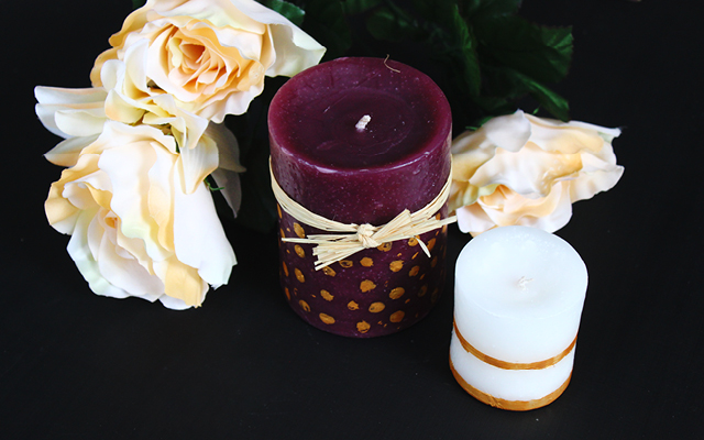 Hazlo Tu Misma // Velas Y Portarretrato Pintados a Mano // Ideas fáciles de regalos para hacerlo tu misma: estas velas y portarretrato pintados a mano. Una idea de decoración para una mesa de centro.